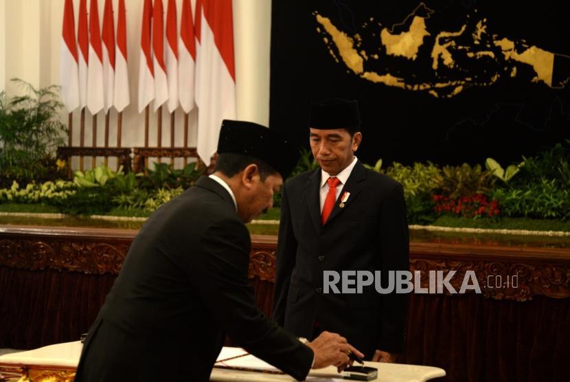 Kepala Badan Siber dan Sandi Negara Djoko Setiadi menandatangani naskah berita acara pelantikan Kepala BSSN oleh Presiden Joko Widodo di Istana Negara, Jakarta, Rabu (3/1).