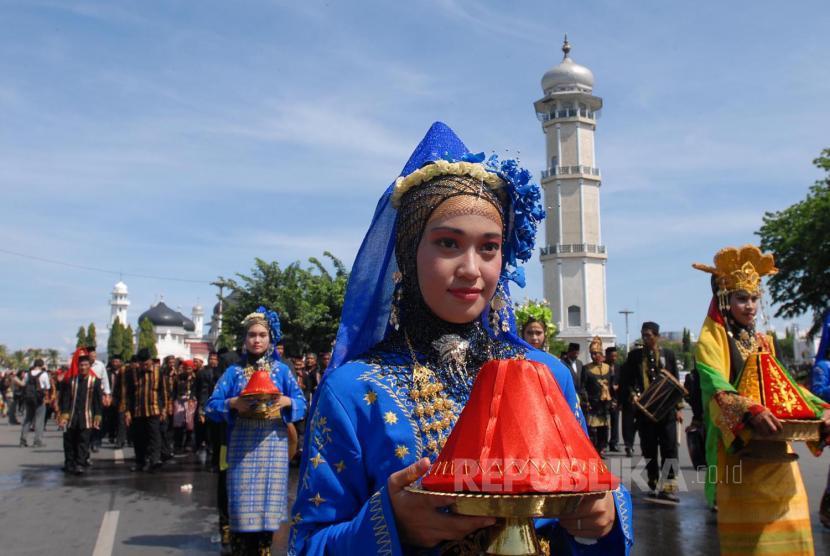 Warga berparade dalam pekan budaya rakyat Aceh beberapa waktu lalu. (zarqoni/antara)