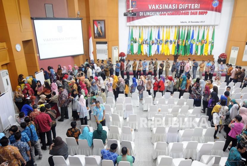 Antisipasi Difteri. Sejumlah pegawai Kementerian Dalam Negeri (kemendagri) dan Badan Nasional Pengelola Perbatasan (BNPP) mengikuti vaksinasi Difteri di Kantor Kemendagri, Jakarta, Kamis (28/12).