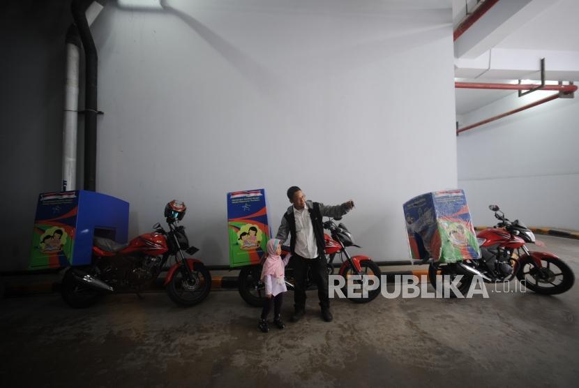 Relawan  Pustaka Bergerak Indonesia (PBI)  berswa foto di  Parkiran Perpsutakaan Nasional Republik Indonesia, Jakarta (17/1).