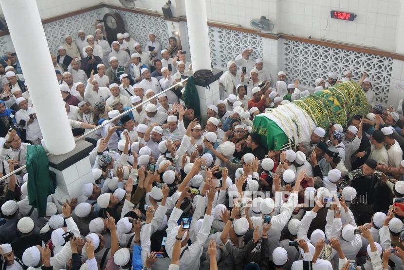 Ribuan umat muslim mengantar jenazah Habib Abdurahman bin Muhammad Bin Ali Habsyi di Masjid Jami Al-Riyadh, Senen, Jakarta, Selasa (16/1).