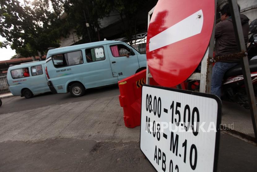 Kendaraan angkutan kota (angkot) jurusan Tanah Abang melintas di Jalan Jatibaru, Tanah Abang, Jakarta, Ahad (4/2).