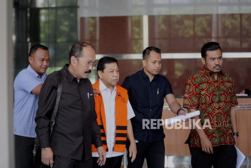Tersangka kasus korupsi pengadaan proyek KTP Elektronik Setya Novanto (tengah)