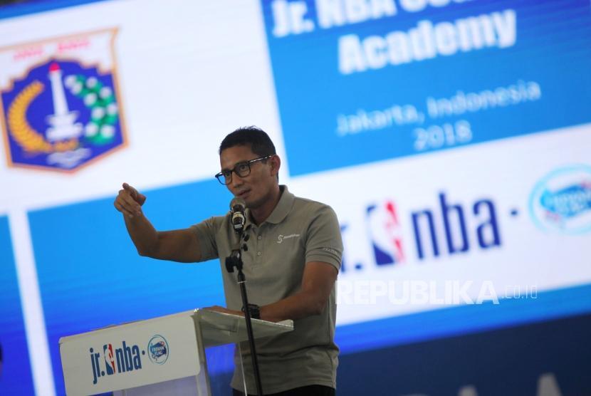 Wakil Gubernur DKI Jakarta Sandiaga Uno memberi sambutan saat pembukaan Akademi Pelatih Jr. NBAdi GOR Caracas, Jakarta, Rabu (24/1).