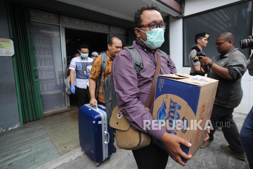 Penyidik KPK membawa dokumen hasil penggeledahan   dari kantor Fredrich Yunadi di kawasan kebayoran lama Jakarta, Kamis, (11/1).