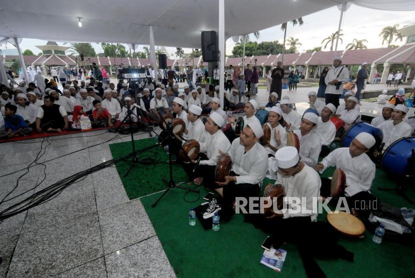 Grup musik marawis menghibur warga saat Festival Republik 2017 di Masjid At- Tin, Jakarta, Ahad (31/12).
