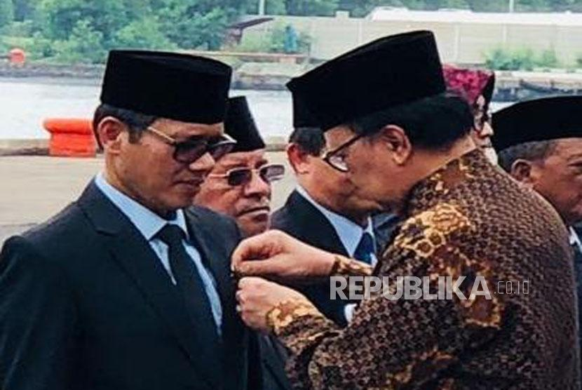 Gubernur Sumatera Barat Irwan Prayitno menerima penghargaan Kelautan di Cirebon, Rabu (13/12).
