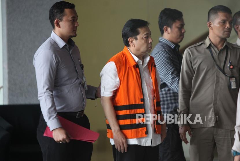 Tersangka kasus korupsi KTP elektronik Setya Novanto (tengah) berjalan seusai menjalani pemeriksaan di gedung KPK, Jakarta, Selasa (21/11).