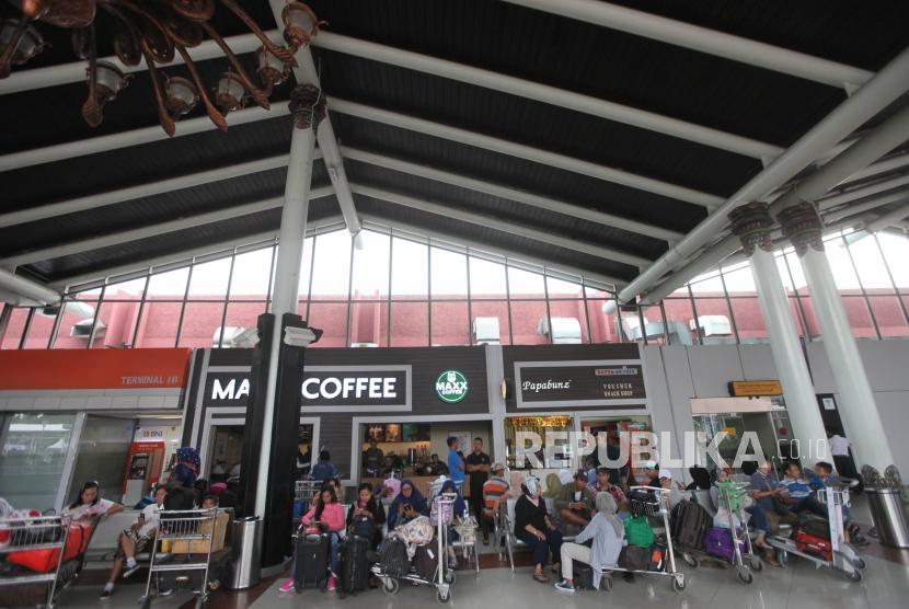 Suasana keberangkatan penumpang di Terminal 1 Bandara Soekarno-Hatta, Jakarta, Selasa (26/12).