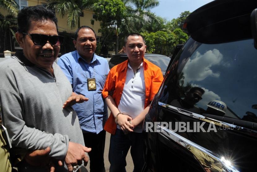 Tersangka kasus dugaan penipuan perjalanan umrah First Travel Andika Surachman (kanan) mendatangi Kejaksaan Negeri Depok, Jalan Boulevard Raya, Pancoran Mas, Kota Depok, Jawa Barat, Kamis (7/12).