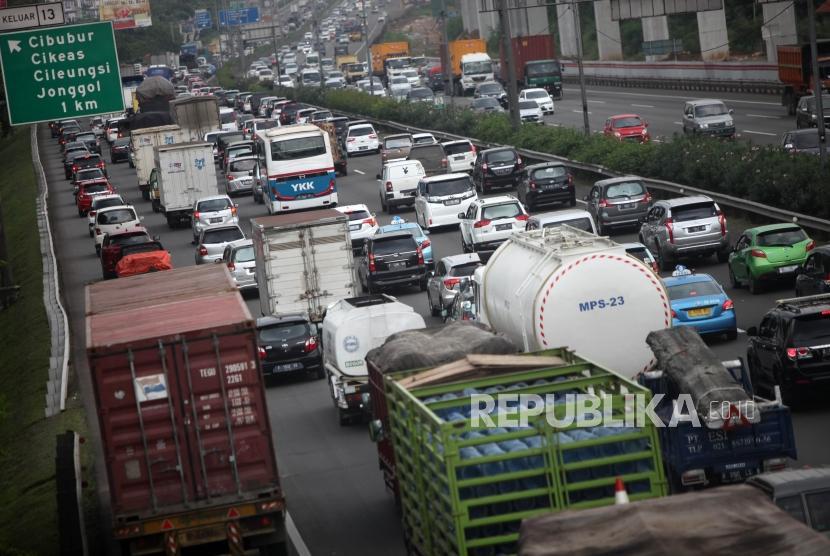 Antrean kendaraan saat melintas di ruas Jalan Tol Jagorawi, Kawasan Cibubur, Jakarta Timur.