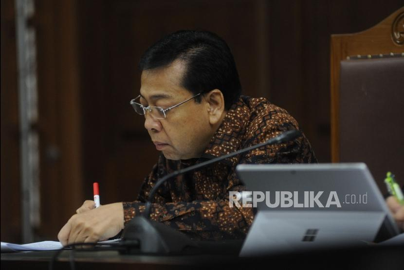 Terdakwa kasus korupsi KTP Elektronik Setya Novanto mencatat keterangan saksi dalam i sidang lanjutan di Pengadilan Tipikor, Jakarta Pusat, Kamis (11/1).