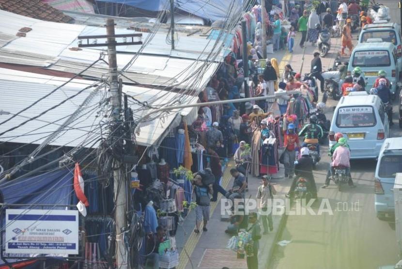 Pedagang Kaki Lima. Pedagang  nekat  berjaulan menggunakan trotoar di sekitaran Jalan Jati Baru Raya kawasan Statsun Kereta Tanah Abang, Jakarta, Kamis (2/11).