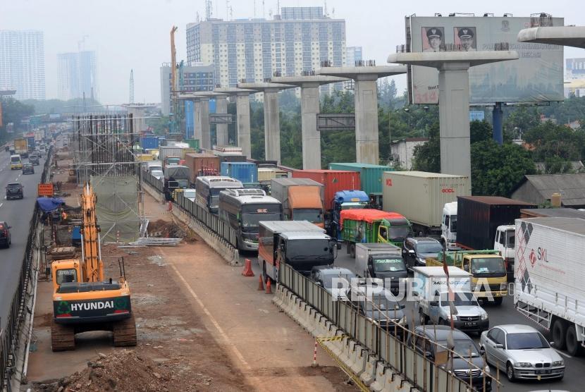 Kemacetan terjadi di ruas jalan Tol Jakarta-Cikampek di Wilayah Kota Bekasi, Jawa Barat, Kamis (16/11).