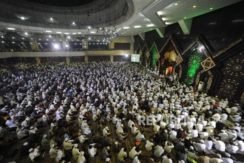 Dzikir Nasional 2017. Ribuan Jamaah mengikuti Szikir Nasional di Masjid At-tin, Jakarta, Ahad(31/12).