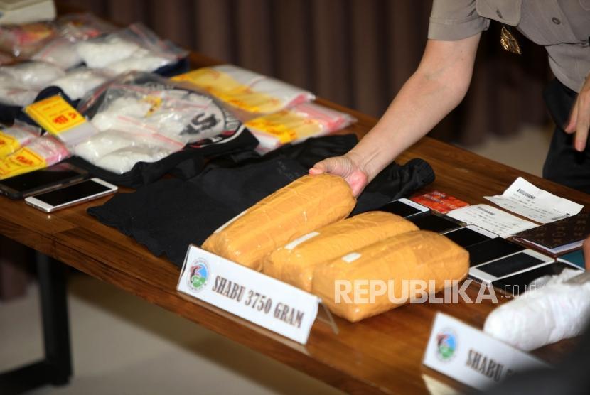 [ilustrasi] Petugas memperlihatkan barang bukti sabu saat rilis pengungkapan Tindak Pidana Narkotika Jaringan Internasional di Mapolda Metro Jaya, Jakarta, Senin (29/10).