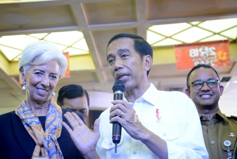 Bahas Rencana Pertemuan IMF.  Direktur Pelaksana Dana Moneter Internasional (IMF) Christine Lagarde (kiri) bersama Presiden Joko Widodo mengunjungi Pasar Tanah Abang, Jakarta, Senin (26/2).