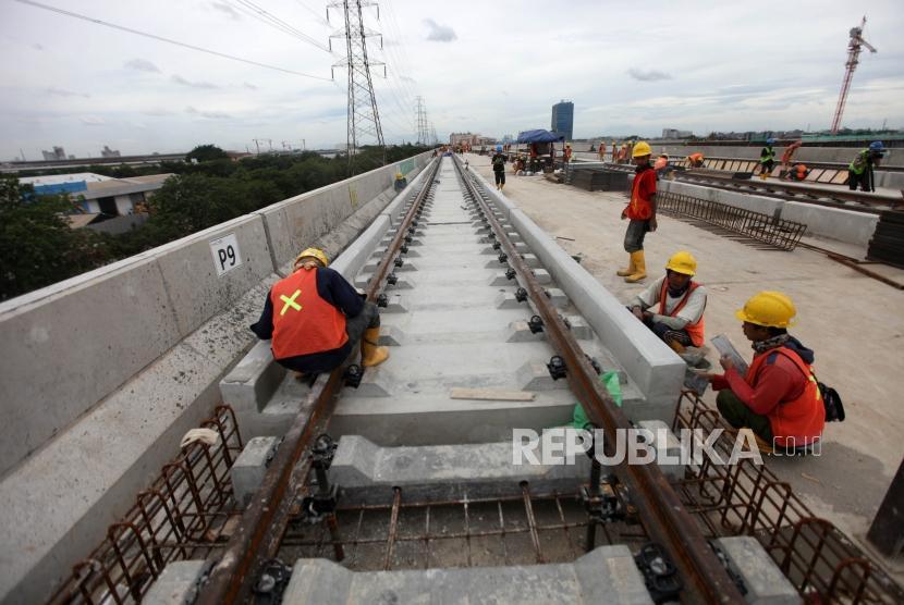 Workers are working on construction of Light Rail Transit (LRT) Corridor 1 in LRT Storehouse, Kelapa Gading, Jakarta, Thursday (Jan 25).