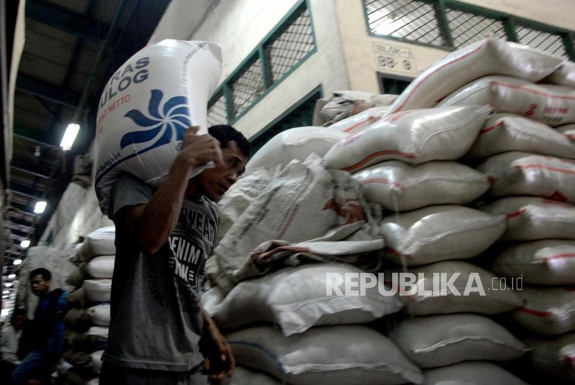 Harga Beras Masih Tinggi. Pekerja memindahkan beras di Pasar Induk Beras Cipinang, Jakarta, Rabu (24/1).