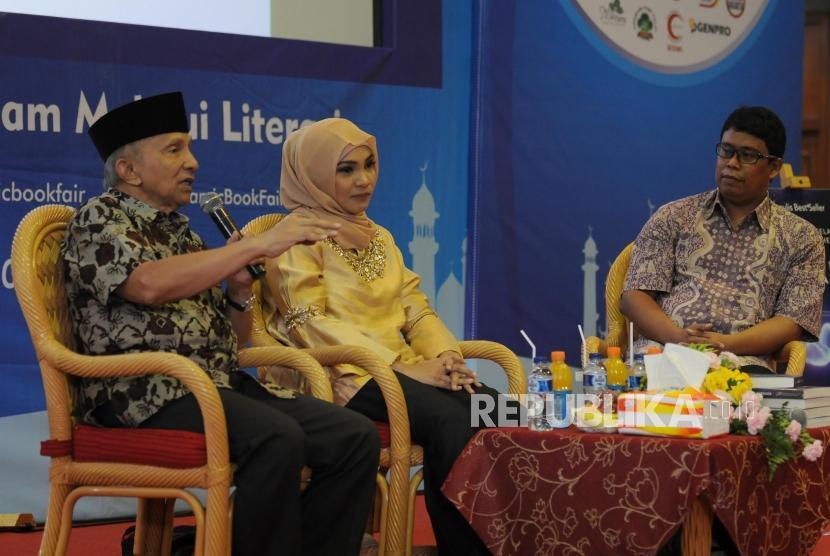 Politisi Amien Rais bersama Penulis Hanum Rais dan Kepala Republika Online Elba Damhuri (dari kiri) memaparkan pendapat saat peluncuran dan bedah novel I Am Sarahza pada acara Islamic Book Fair 2018 di Jakarta Convention Center, Jakarta, Jumat (20/4).