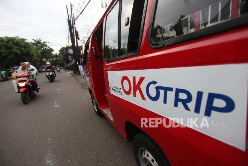 Kendaraan angkutan umum jurusan Lebak Bulus yang menggunakan kartu Ok Otrip terparkir di Kawasan Pondok Labu, Jakarta, Senin (19/2).