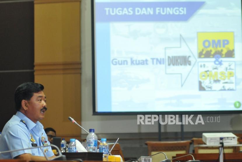 KASAU Marsekal TNI Hadi Tjahjanto saat mengikuti uji kelayakan dan kepatutan (fit and proper test) dengan Komisi I di Kompleks Parlemen, Jakarta, Rabu (6/12).