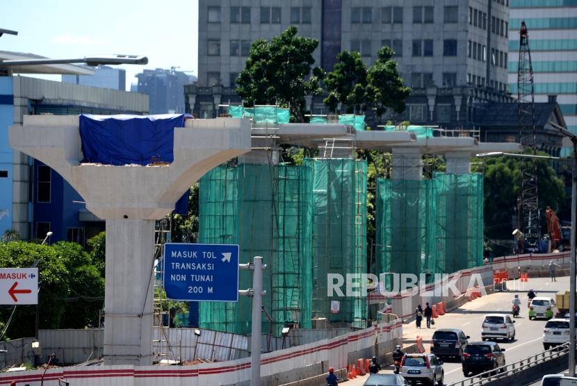 Pengerjaan proyek LRT di kawasan Cawang, Jakarta. (ilustrasi)