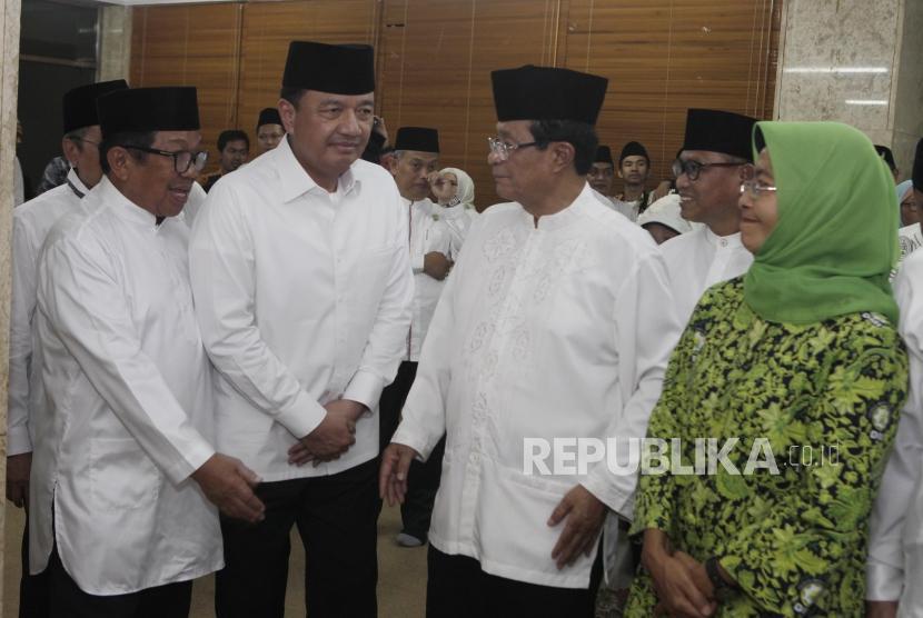 Pimpinan Pusat Dewan Masjid Indonesia (DMI) yang baru Budi Gunawan (kedua kiri) berbincang dengan jajaran pengurus lainnya sebelum acara pelantikan Pimpinan Pusat DMI di Jakarta, Jumat (12/1).