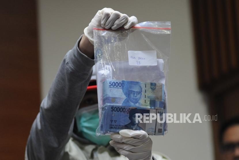 Petugas KPK menunjukan barang bukti saat  melakukan konfrensi pers kepada media  terkait OTT PN Tangerang di Gedung KPK, Jakarta, Selasa (13/3).