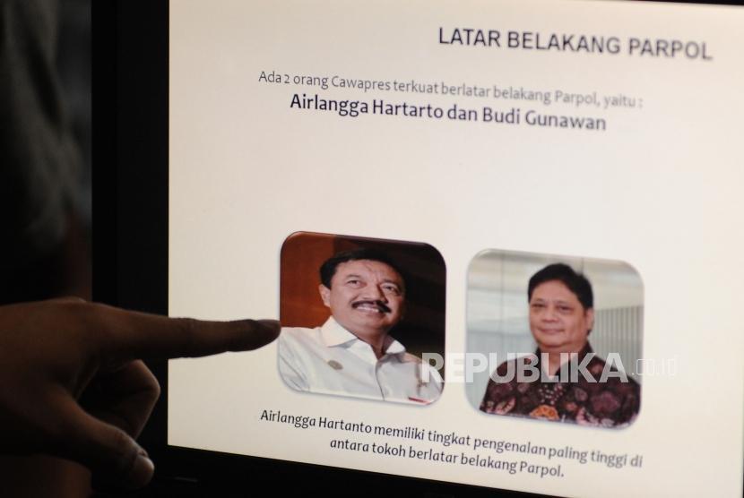 Jurnalis menunjuk paparan hasil survei LSI  menjelang Pilpres 2019 di Graha Dua Rajawali, Jakarta, Jumat (2/2).