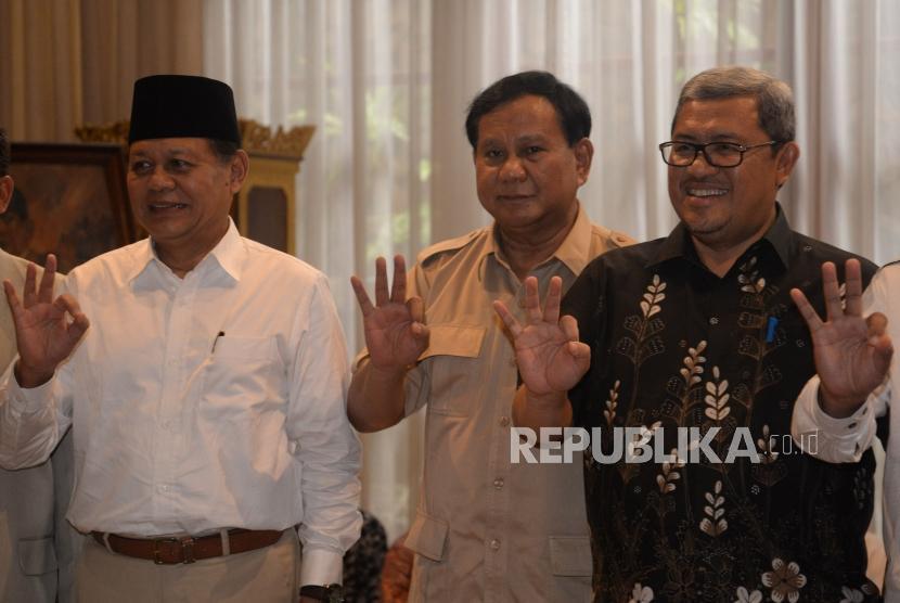 Ketua Umum Partai Gerindra Prabowo Subianto (tengah) bersama Gubernur Jawa Barat Ahmad Heryawan (kiri) serta Calon Gubernur Jawa Barat dari Partai Koalisi Asyik, Sudrajat (kiri) saat melakukan pertemuan di Jakarta, Kamis (1/3).