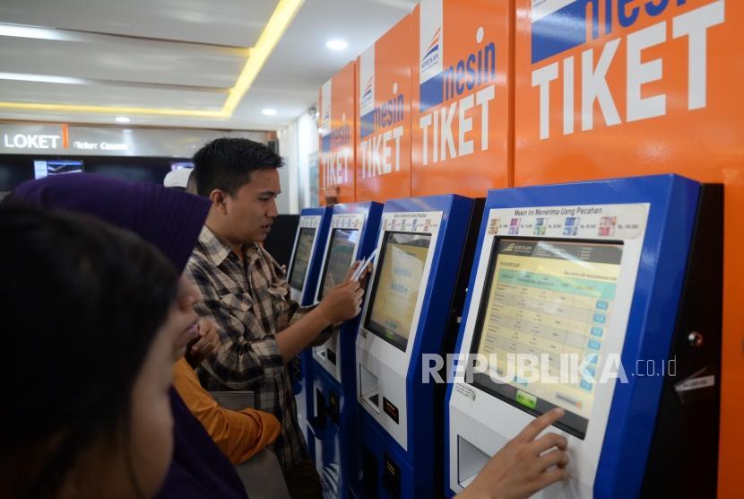 Lonjakan Penumpang Kereta Api. Calon penumpang antre membeli tiket di Stasiun Pasar Senen, Jakarta, Senin (25/12).
