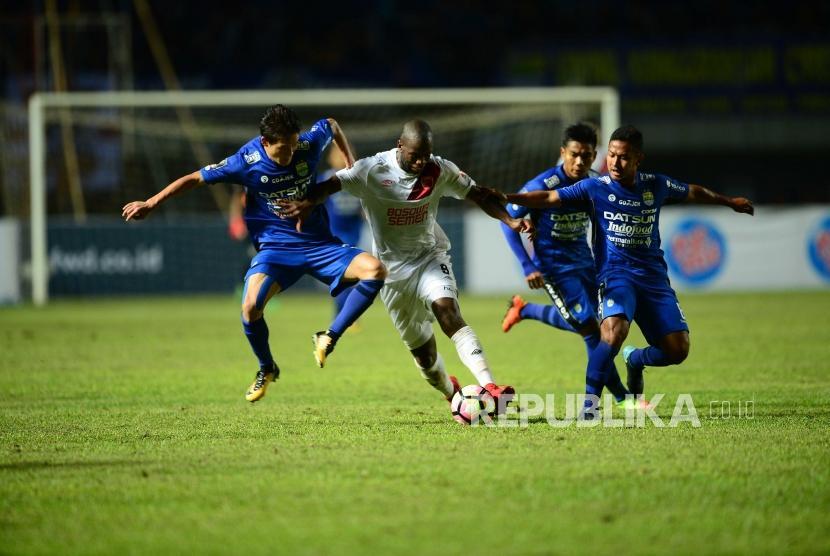 Striker PSM Makassar Bruce Djite (baju putih).