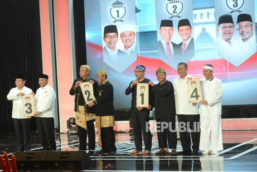 Pasangan calon gubernur dan wakil gubernur Jawa Barat memperlihatkan nomor urut usai Pengundian Nomor Urut Pasangan Calon Gubernur dan Wakil Gubernur Jawa Bara,t di SOR Arcamanik, Kota Bandung, Selasa (13/2).