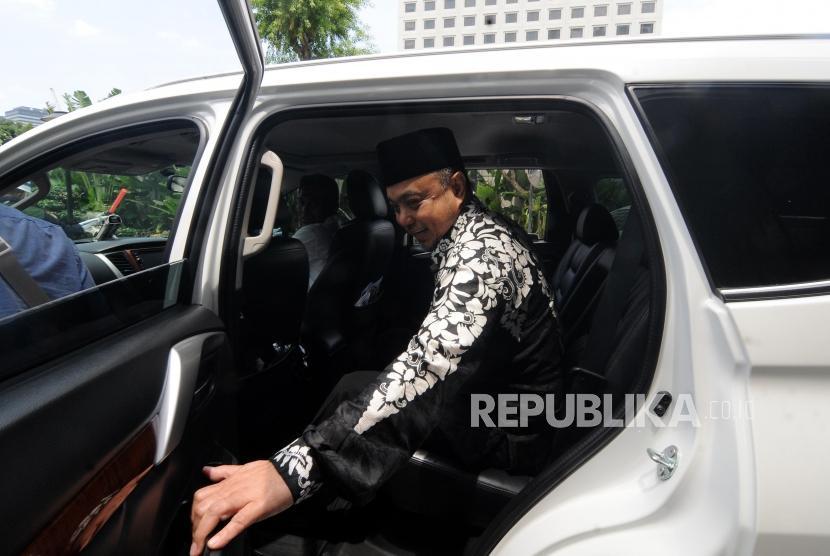 Anggota DPR RI Tamsil Linrung menaiki mobil usai menjalani pemeriksaan di Gedung KPK, Jakarta, Jumat, (12/1).