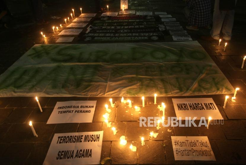 Several community members gathered at Suropati Park, Central Jakarta for a candlelight vigil to honor bombings victims, Monday (May 14)..