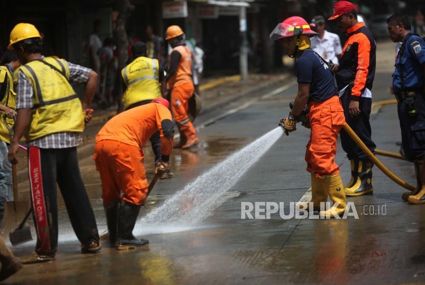 Petugas PPSU, Bina Marga dan Damkar membersihkan lumpur pascabanjir (ilustrasi)