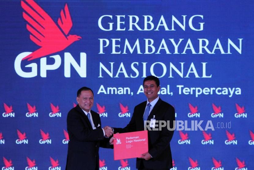 Gubernur Bank Indonesia Agus DW Martowardojo berjabat tangan dengan Ketua Asosiasi Sistem Pembayaran Indonesia (ASPI) Anggoro Eko Cahyo (dari kiri) saat peresmian  Gerbang Pembbayaran Nasional (GPN) di Gedung Bank Indonesia, Jakarta, Senin (4/12).