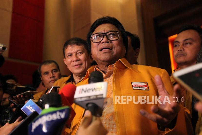 Ketua Umum Partai Hati Nurani Rakyat (Hanura) Oesman Sapta Odang (OSO) memberikan keterangan kepada media saat konferensi pers di Hotel Manhattan, Jakarta, Ahad (21/1).