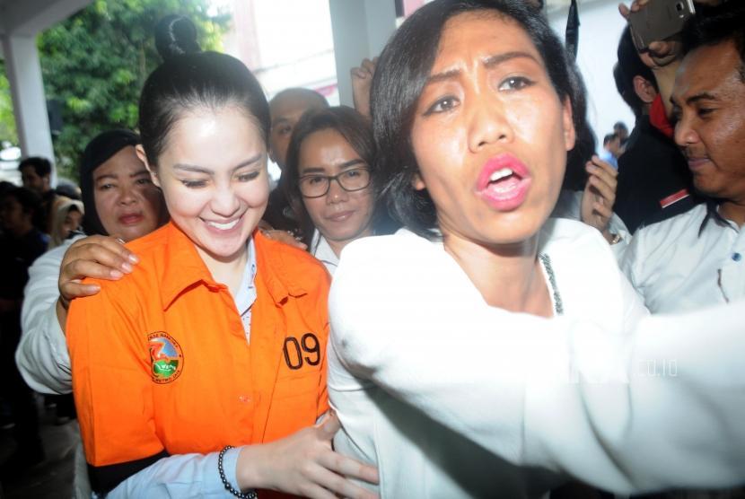 Aktris Jennifer Dunn usai rilis kasus narkoba di Mapolda Metro Jaya, Jakarta, Selasa (2/1).