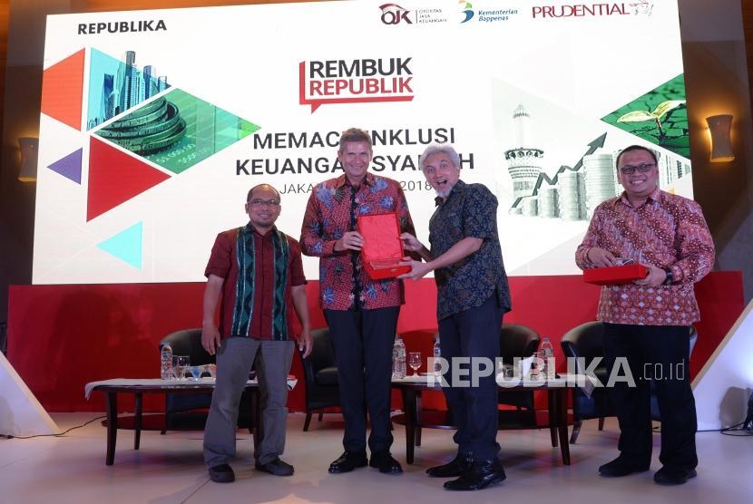 Memacu Inklusi Keuangan Syariah. Presiden Direktur  Prudential Indonesia Jens Reisch (kedua kiri)  menyerahkan cenderamata kepada Wakil Ketua DSN MUI Adiwarman Karim, disaksikan Wapemred Republika Nur hasan Murtiaji (kiri), dan Ketua 1 IAEI Irfan Syauqi Beik (kanan) usai diskusi pada Rembuk Republik di Jakarta, Senin (14/5).