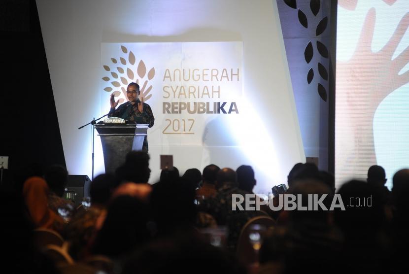 Pemimpin Redaksi Harian Republika Irfan Junaidi berikan sambutan dalam Anugerah Syariah Republika (ASR) 2017 di Jakarta, Rabu (6/12) malam.