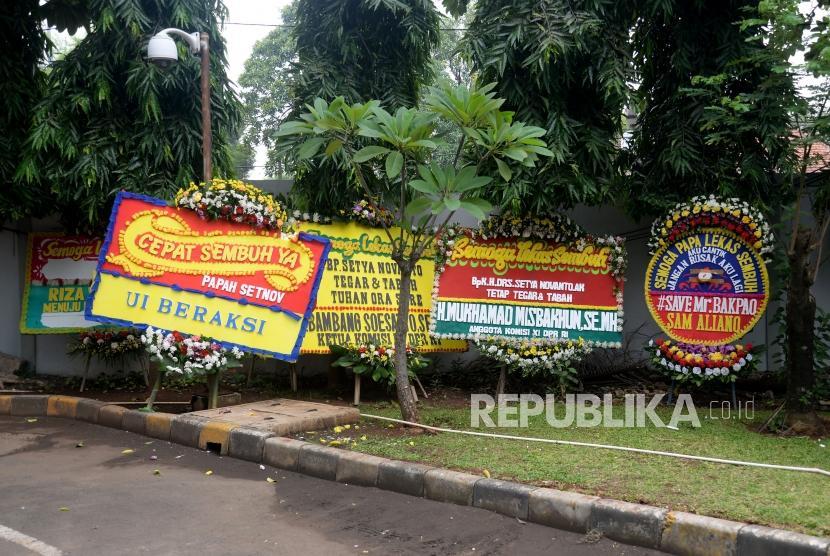 Sejumlah karangan bunga untuk Ketua DPR Setya Novanto di Rumah Sakit Cipto Mangunkusumo (RSCM) Kencana,Jakarta, Ahad (19/11).
