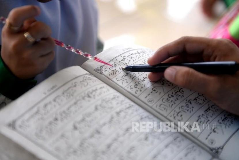 Anak-anak sejak dini diajari belajar membaca Alquran menggunakan Iqra (Ilustrasi)