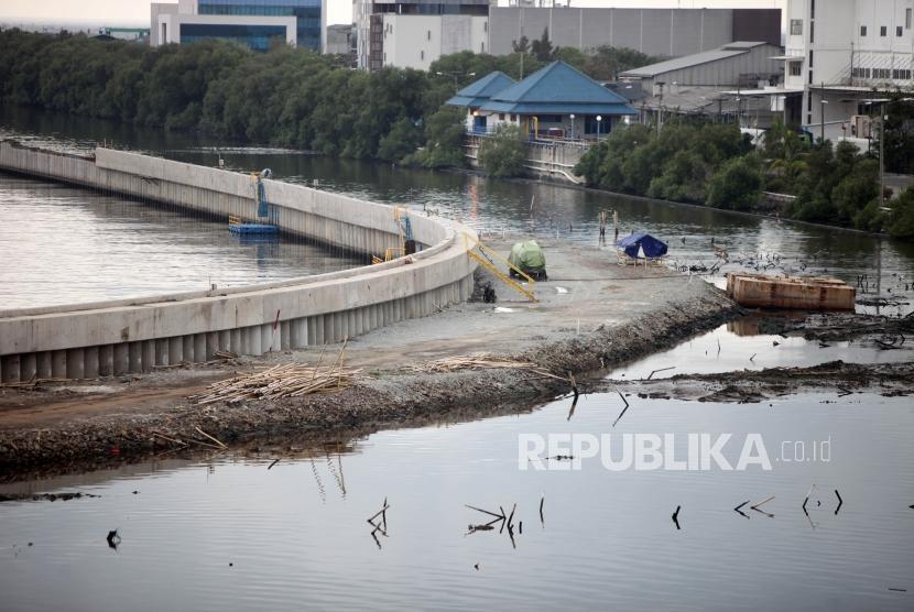 Suasana pembangunan proyek tanggul laut yang masih dalam penyelesaian di Kawasan Muara Baru, Jakarta, Kamis (1/2).