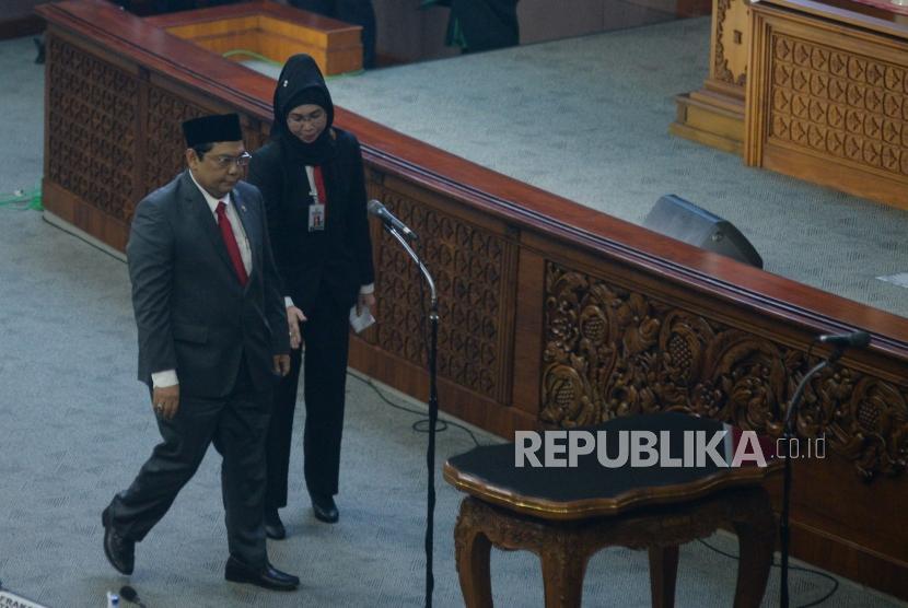 Ketua Fraksi PDIP Utut Adianto bersiap dilantik sebagai Wakil Ketua DPR sisa masa jabatan 2014-2019 pada Sidang Paripurna di Kompleks Parlemen, Senayan, Jakarta, Selasa (20/3).