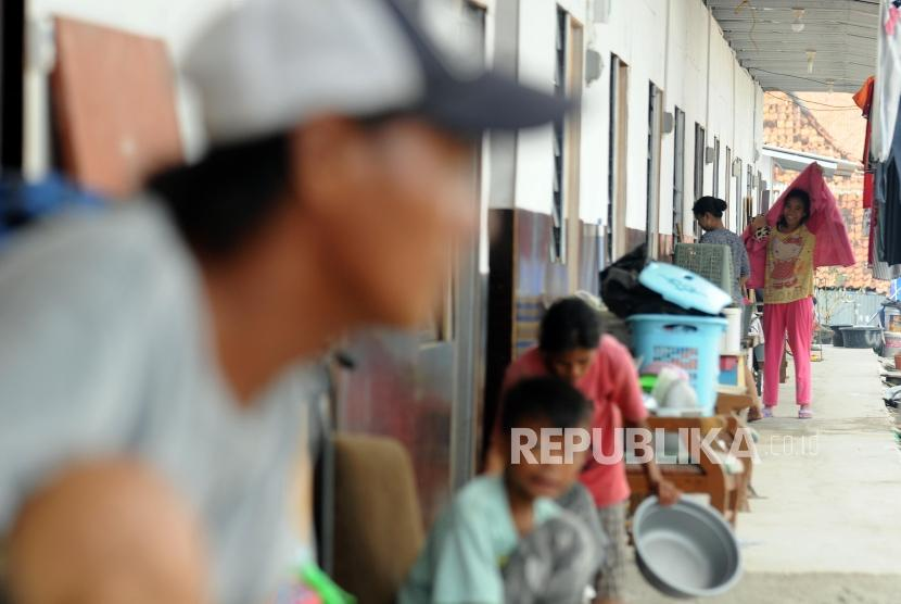 Warga beraktivitas di Sheter Kampung Akuarium, Penjaringan, Jakarta Utara, Jumat, (6/4).