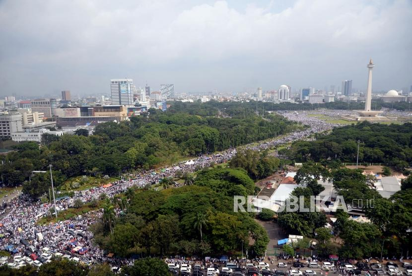 Massa memadati kawasan Monumen Nasional (Monas) saat Aksi Bela Palestina di Jakarta, Ahad (17/12).