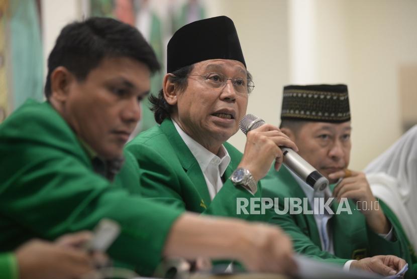 Ketua Umum DPP PPP Djan Faridz bersama pengurus partai memberikan keterangan tentang putusan MK terkait membolehkannya pencantuman kepercayaan pada kolom agama di KartuTanda Penduduk (KTP) di kantor DPP PPP Jalan Diponegoro, Selasa (14/11).