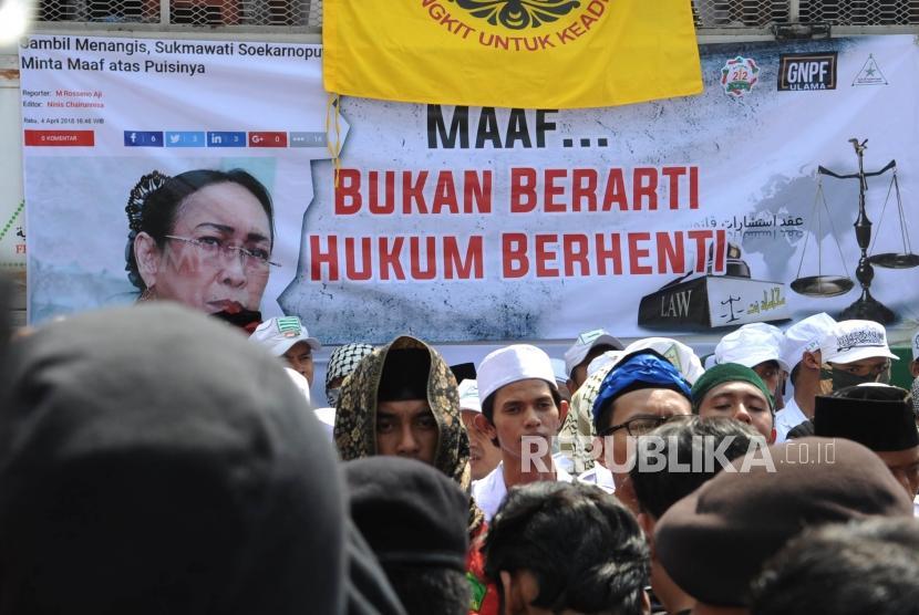 Poster bergambar Sukmawati  dalam aksi  menuntut tangkap dan penjarakan sukmawati Soekarno Putri yang di lakakukan oleh ribuan umat islam dari berbagia ormas islam  di depan kantor Bareskrim Mabes Polri, Jakarta, Jumat (6/4).